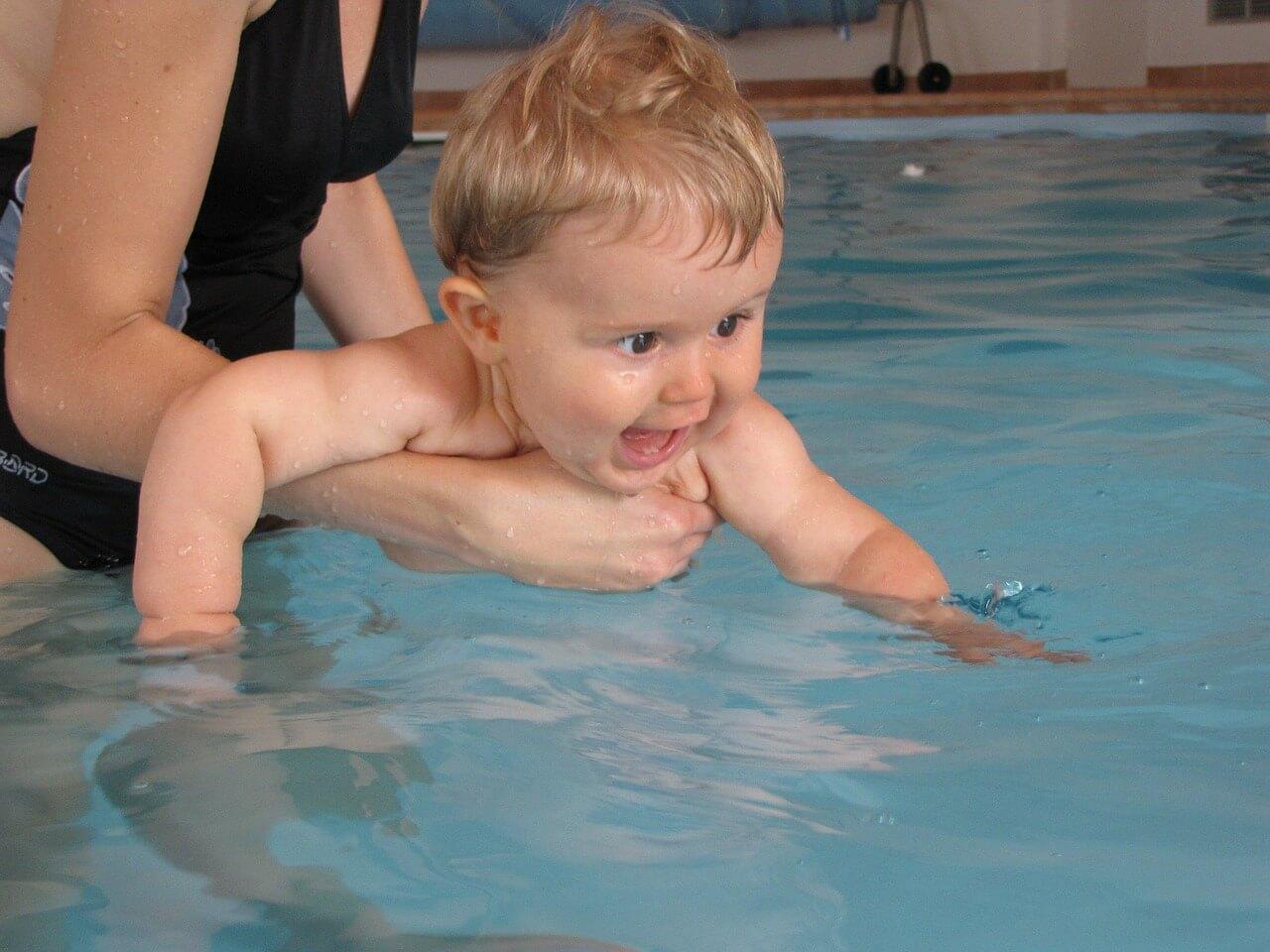 Cómo enseñar a nadar a tu bebé